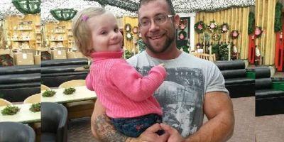 Родители сделали себе татуировки, чтобы поддержать дочь