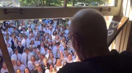 400 учеников пришли поддержать своего преподавателя больного раком