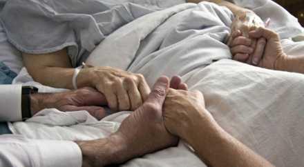 Минздрав: родные имеют право посещать больных в реанимации