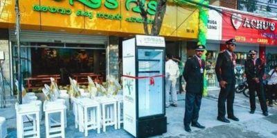 Хозяйка индийского ресторана поставила для нуждающихся холодильник с едой