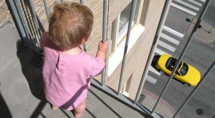 Военный поймал 3-летнюю малютку, выпавшую с балкона