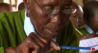 90-летняя бабушка учится в начальной школе