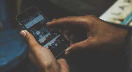 Использование смартфона в темноте вредит не всем людям
