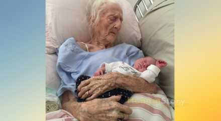 Фото 101-летней женщины с грудным ребёнком покорило американцев