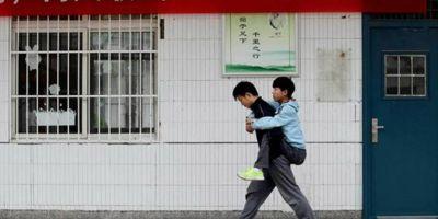Китайский студент три года носит больного друга на учёбу