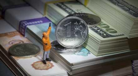 Рубль по отношению к доллару недооценён в 2,5 раза