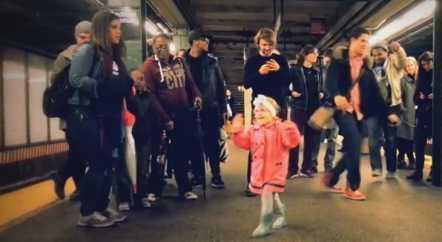 Девочка танцует в метро. Доброе видео