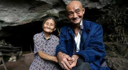Пожилая пара из Китая более полувека счастливо живёт в пещере