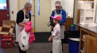 Школьница совершает добрые дела в память об умершей бабушке