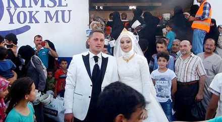 Турецкая пара позвала на свадьбу 4000 сирийских беженцев