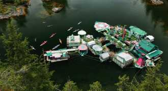 Канадская семья сбежала от цивилизации на плавучий остров