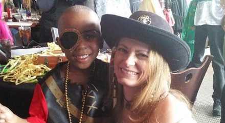 Артисты театра устроили пиратскую вечеринку для мальчика, потерявшего глаз